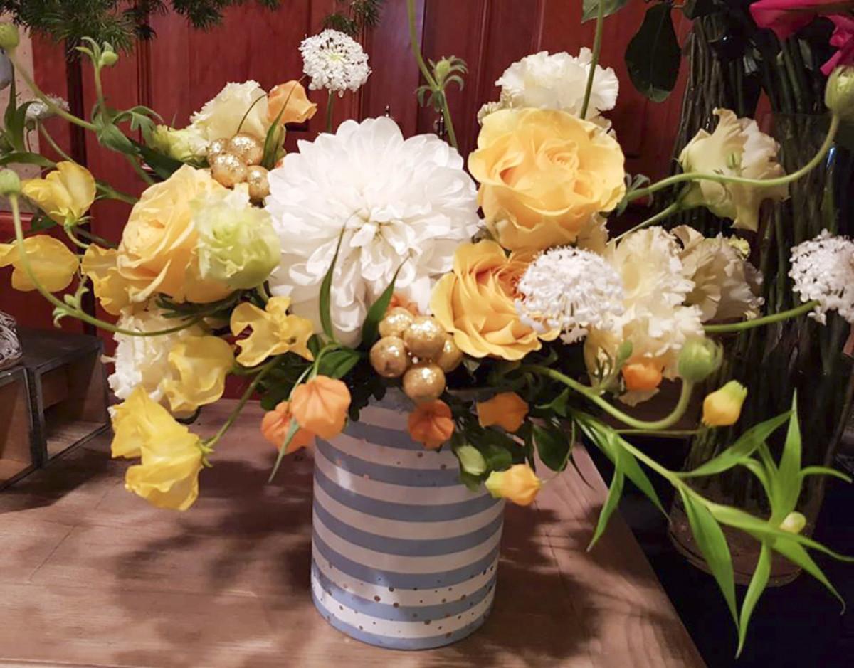 7. Bình hoa màu vàng thanh lịch