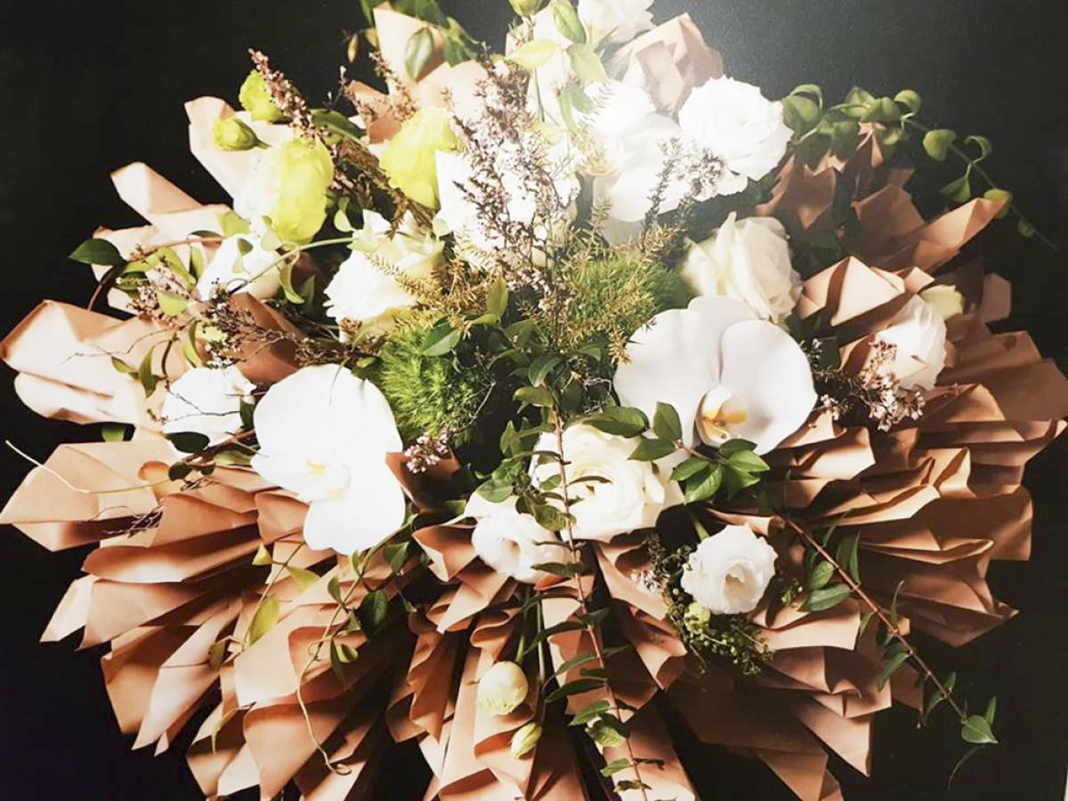 10 .Mẫu cắm hoa nghệ thuật, với sự kết hợp của nhiều món phụ kiện khác nhau