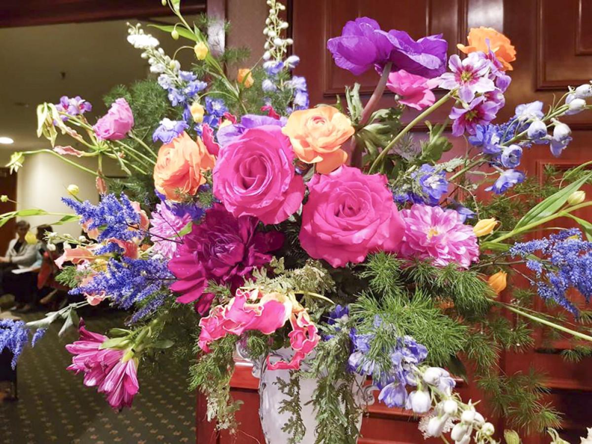 8. Hoa màu tím cắm theo phong cách kiêu sa