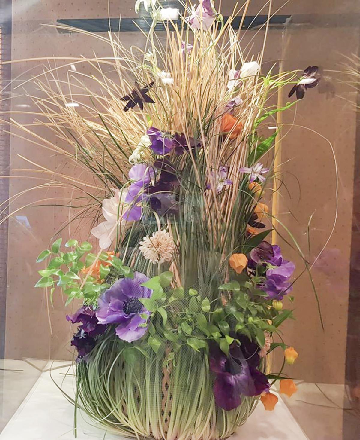 4. Bình hoa này mang phong cách thiên nhiên, với những bông hoa tím nổi bật trên nền xanh của lá cỏ