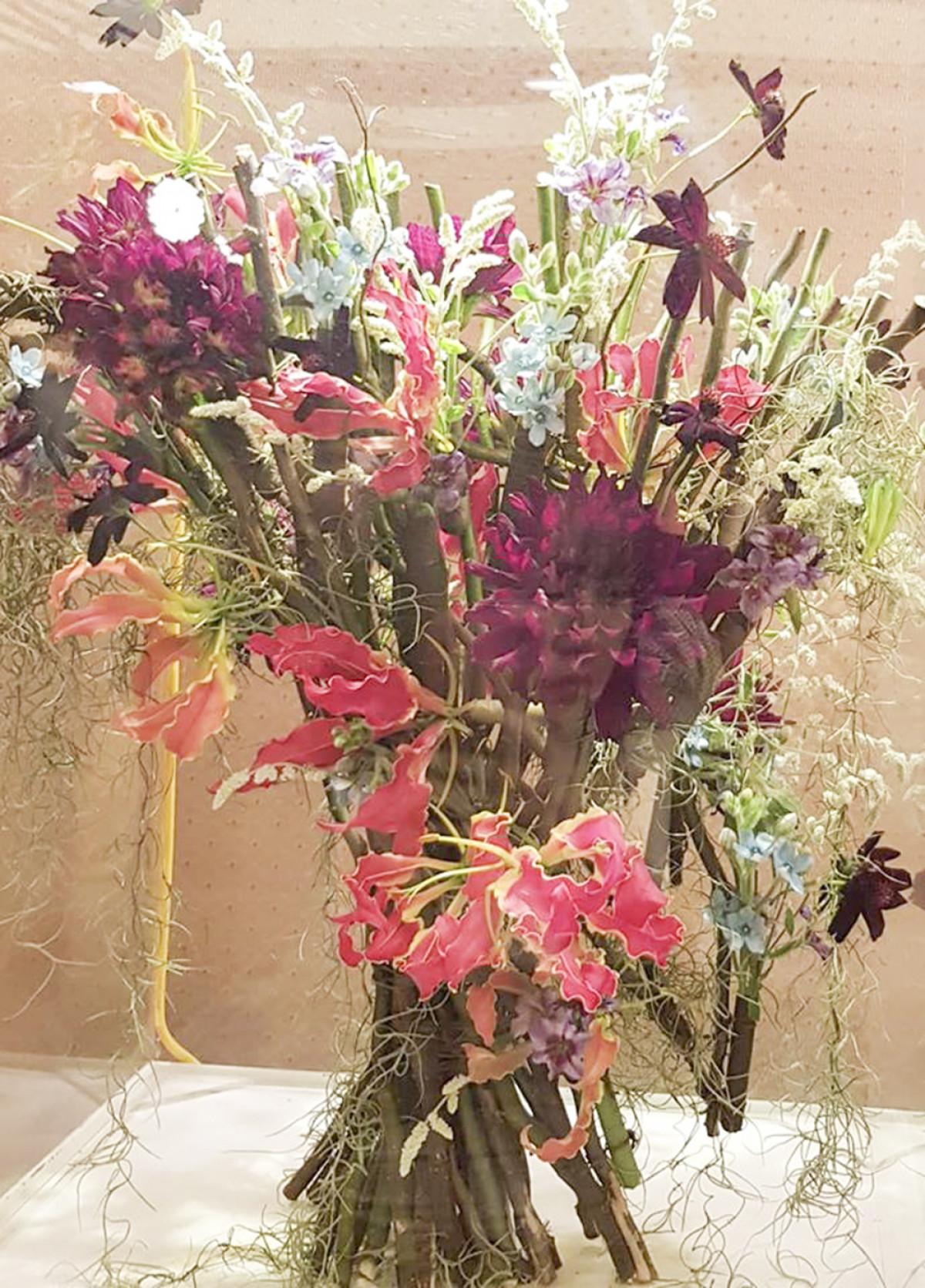 6. Điểm độc đáo của tác phẩm này là không cần sử dụng bình hay bát cắm hoa vẫn có thể tạo thành một bình hoa rực rỡ.