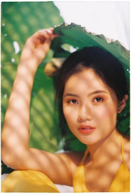 Hôm nay, ngày 19/6, Hoa khôi Vũ Hương Giang đã đưa lên trang cá nhân của mình bộ ảnh với những khuôn hình độc đáo, ấn tượng bên hoa sen nhân sinh nhật của mình.