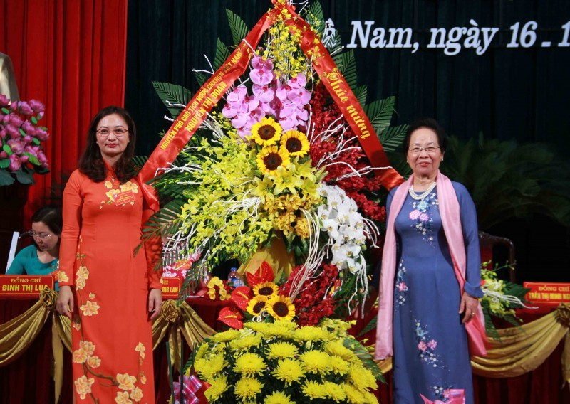 Tới dự Đại hội, nguyên Phó Chủ tịch nước Nguyễn Thị Doan (bìa phải) tặng lẵng hoa chúc mừng Đại hội Đại biểu phụ nữ tỉnh Hà Nam thành công tốt đẹp