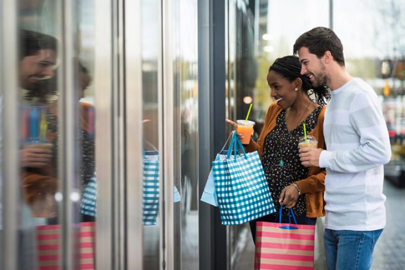 Cô ấy mua sắm nhiều chỉ vì đang là mùa giảm giá: Mua sắm luôn là niềm vui bất tận của những cô gái. Vì thế với câu nói này thì bạn hãy ngầm hiểu rằng chỉ đơn giản là cô ấy rất yêu thích những món đồ mới mua, vậy thôi!