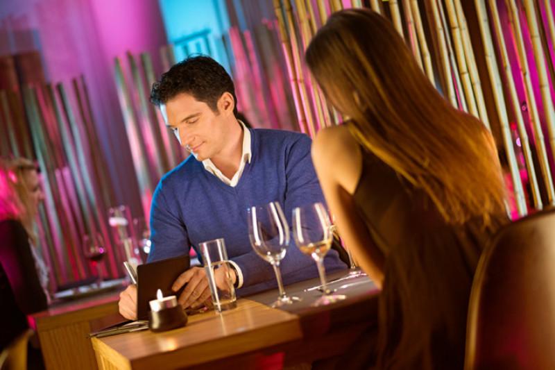 Anh có muốn chia đôi hóa đơn thanh toán không? Khi những buổi hẹn hò của hai người trở nên thường xuyên hơn, cô ấy sẽ rất vui vẻ nếu cùng chia sẻ chuyện tiền bạc với bạn. Tuy nhiên nếu là buổi hẹn đầu tiên, câu nói này có nghĩa là cô ấy đang mong chờ hành động lịch lãm từ phía bạn.
