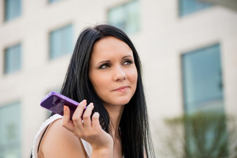 Cô ấy không hề phớt lờ bạn, chỉ là cô ấy đang bận nghe điện thoại: Câu nói này cho thấy cô ấy đang giận dỗi. Việc cần làm là kiên nhẫn và dành sự quan tâm tới cô ấy nhiều hơn.