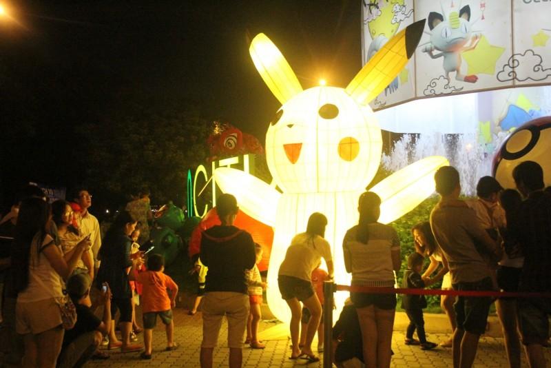 Hình Pikachu khổng lồ được đặt trước phố lồng đèn thu hút rất nhiều bố mẹ dẫn con em mình đến để chụp hình