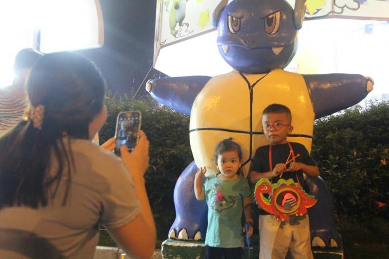 Tranh thủ các con đứng cạnh pokemon, chị Nguyễn Thị Thanh liền chụp ảnh lưu niệm cho hai con của mình