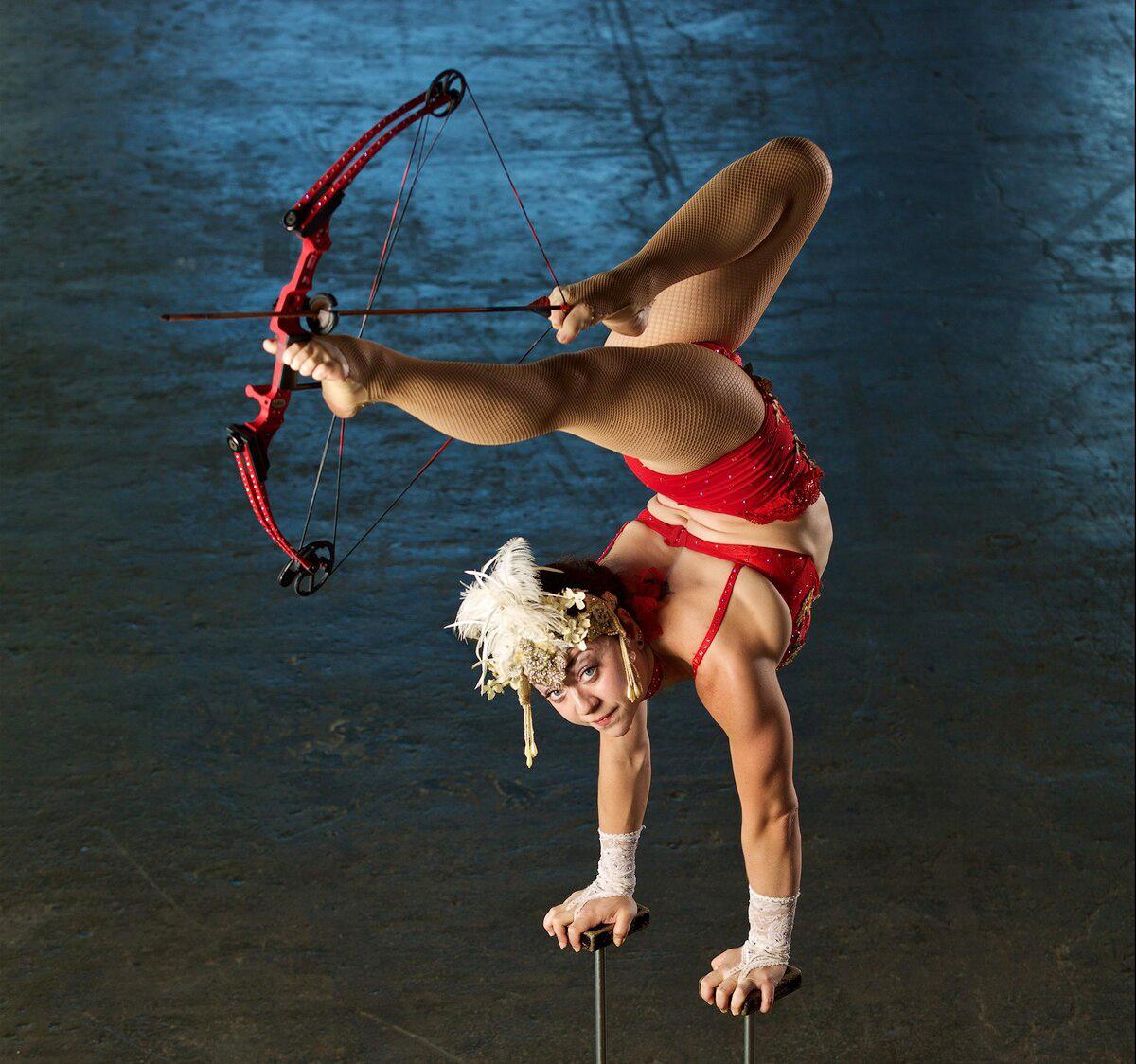 11 năm gắn bó trong nghề biểu diễn xiếc, Brittany Walsh (người Mỹ) đã ghi tên mình vào danh sách kỷ lục Guinness với thành tích bắn cung bằng chân 12,3m.