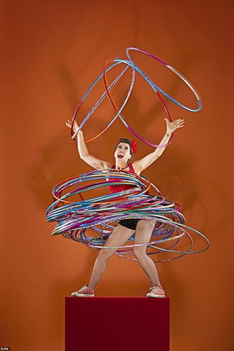 Còn diễn viên múa Dunja Kuhn trở thành người quay cùng lúc nhiều vòng hula hoop nhất với những chiếc phòng gần như lấp kín cơ thể.