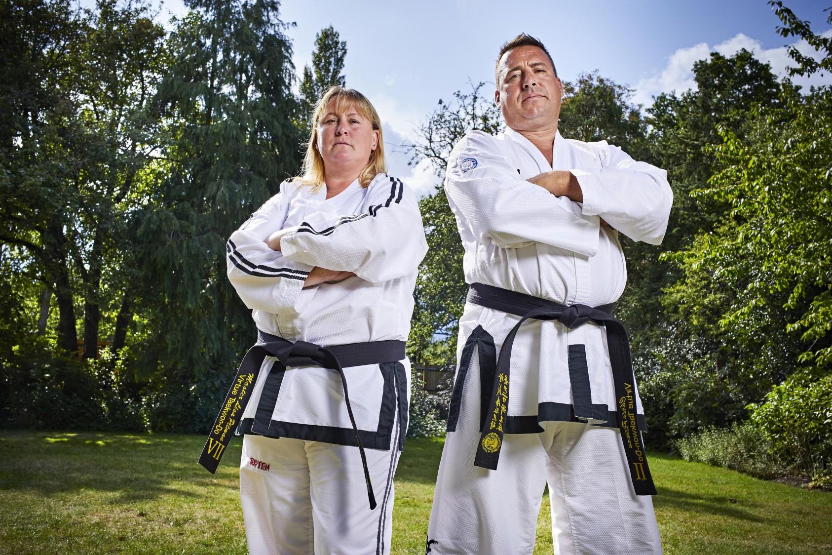 Cặp vợ chồng Lisa và Chris Pitman đạt kỷ lục Guinness thế giới bằng cách đập vỡ hơn 500 tấm gỗ thông giữa họ trong một phút. Lisa đập gãy 230 tấm ván và Chris phá được 315 tấm trong vòng 1 phút. Lisa Pitman còn có thể dùng tay không đập vỡ gạch đá.