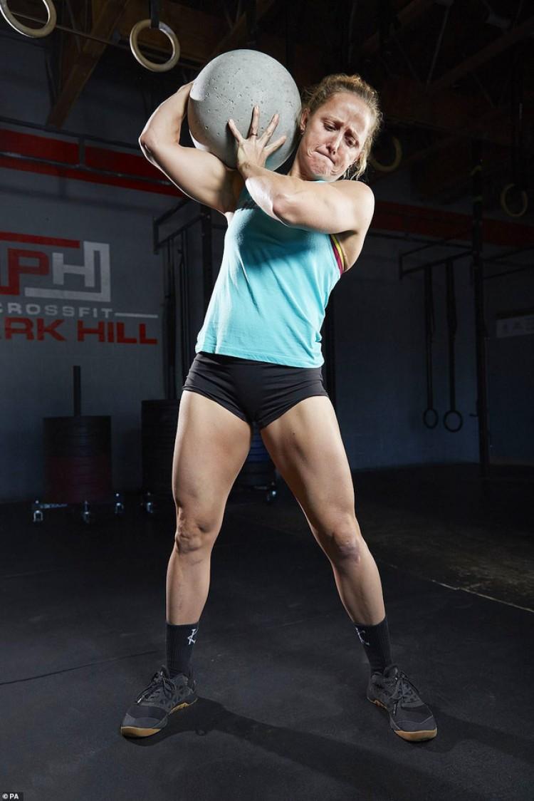 Kỷ lục người mạnh nhất thế giới đã được ghi lại bởi người phụ nữ đáng kinh ngạc này. Michelle Kinney đã biểu diễn khả năng nâng một hòn đá atlas nặng nhất từ trước đến nay trong phần thi kỷ lục Guinness 2020 hơn 530kg.