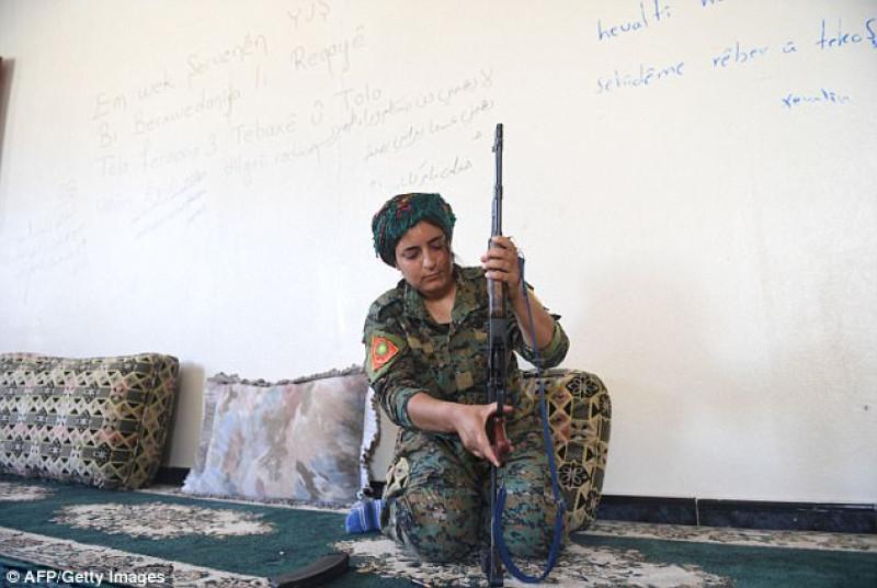 Heza và 2 em gái là 3 trong số hàng nghìn người bị bắt cóc khi IS tấn công Sinjar, phía Bắc Iraq tháng 8/2014. IS đã giết đàn ông, ép các bé trai làm chiến binh cho chúng và bắt cóc phụ nữ, trẻ em gái làm nô lệ tình dục.  Khoảng 300 phụ nữ Yazidi đã bị bắt để làm nô lệ, thậm chí làm nô lệ tình dục cho các tay súng Hồi giáo cực đoan. Liên hiệp quốc ghép các cuộc tàn sát người Yazidi của IS ở Sinjar vào tội diệt chủng.