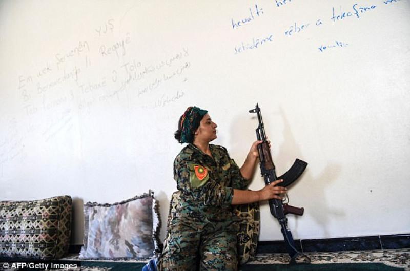 Mặc quần áo chiến đấu với súng trên tay, Heza nói rằng mình bị mua đi bán lại trong thị trường nô lệ tình dục của IS. Cuối cùng, cô tìm cách để chạy trốn thành công.