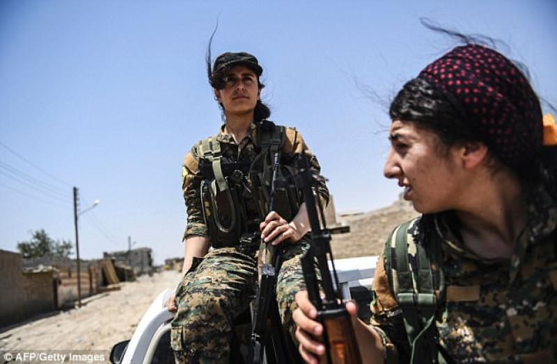Bên cạnh Heza, khao khát trả thù cũng cháy bỏng trong nhiều người phụ nữ Yazidi khác, những người tự nguyện tham gia nhóm dân quân để chiến đấu với IS cả ở Iraq và Syria. Họ tham gia các các đơn vị tự vệ nữ giới (YPJ) - một nhánh gồm toàn chiến binh nữ trong Lực lượng tự vệ người Kurd (YPG) và Lực lượng bảo vệ Sinjar (YPS).