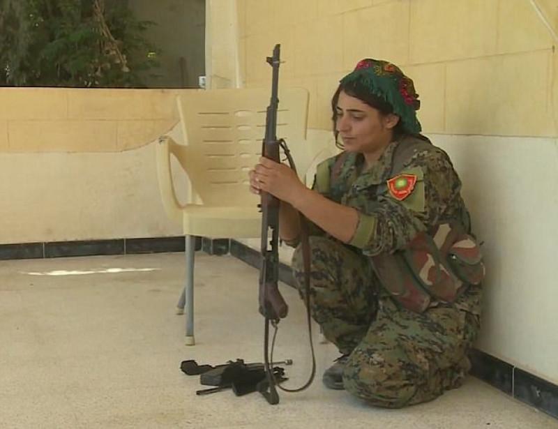 """Từ tháng 11/2016, chị Heza Shankal đã quyết định cầm vũ khí, sát cánh cùng nhóm dân quân nữ ở Raqqa (Syria) để chiến đấu chống lại nhóm khủng bố. Sự trỗi dậy của IS tại Iraq đẩy cộng đồng thiểu số theo đạo Yazidi vào thảm cảnh bị """"đuổi cùng diệt tận"""" vì chúng cho rằng người Yazidi là """"những kẻ ngoại đạo tà giáo"""" và bức hại họ một cách tàn nhẫn."""