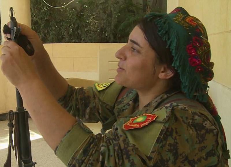 Chiến đấu với IS giúp Heza giảm bớt những nỗi đau tinh thần.