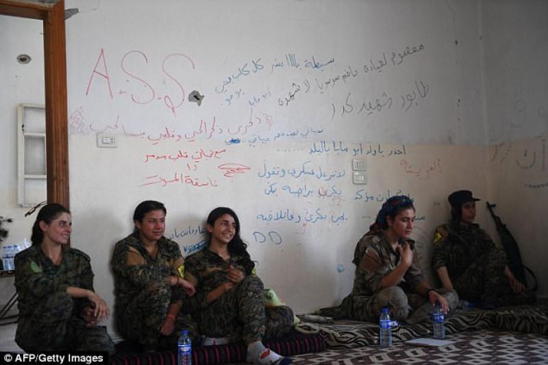 Một đặc điểm chung của tất cả phụ nữ khi tình nguyện tham gia chiến đấu chống IS đều chưa từng trải qua bất kỳ một khóa huấn luyện, đào tạo nào. Tuy nhiên, khi gia nhập quân ngũ, qua huấn luyện, họ cũng đã thành thạo cách dùng súng đạn, chế tạo bom và võ thuật.