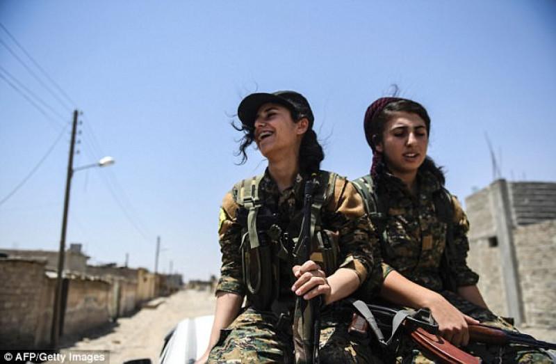 """Nhiều người đã hoàn thành khóa đào tạo chiến đấu ở thị trấn Al-Qahtaniyeh. Tuy nhiên, tiểu đoàn mang tên """"Nữ tự vệ vùng đất giữa hai sông"""" - khu vực ở giữa tuyến đường thủy Tigris và Euphrates lịch sử - gồm những nữ binh đầy nhiệt huyết, khát khao bảo vệ các giá trị của mình của cộng đồng và chống lại IS."""