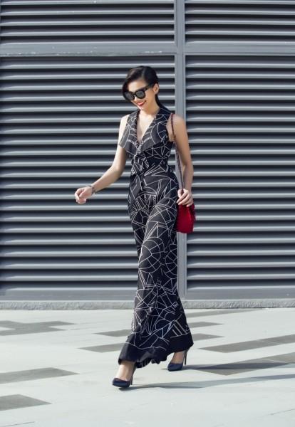 """Sơn Collection cho biết: """"Vì lần đầu trình diễn tại tuần lễ nổi tiếng này nên tôi tập trung hết ý tưởng, sức lực để mang đến những mẫu thiết kế mới lạ nhất. Lần này tôi kết hợp chất liệu lụa truyền thống VN với các mẫu dạ hội dài, ngắn, áo vest nữ theo xu hướng thời trang hiện đại thế giới""""."""