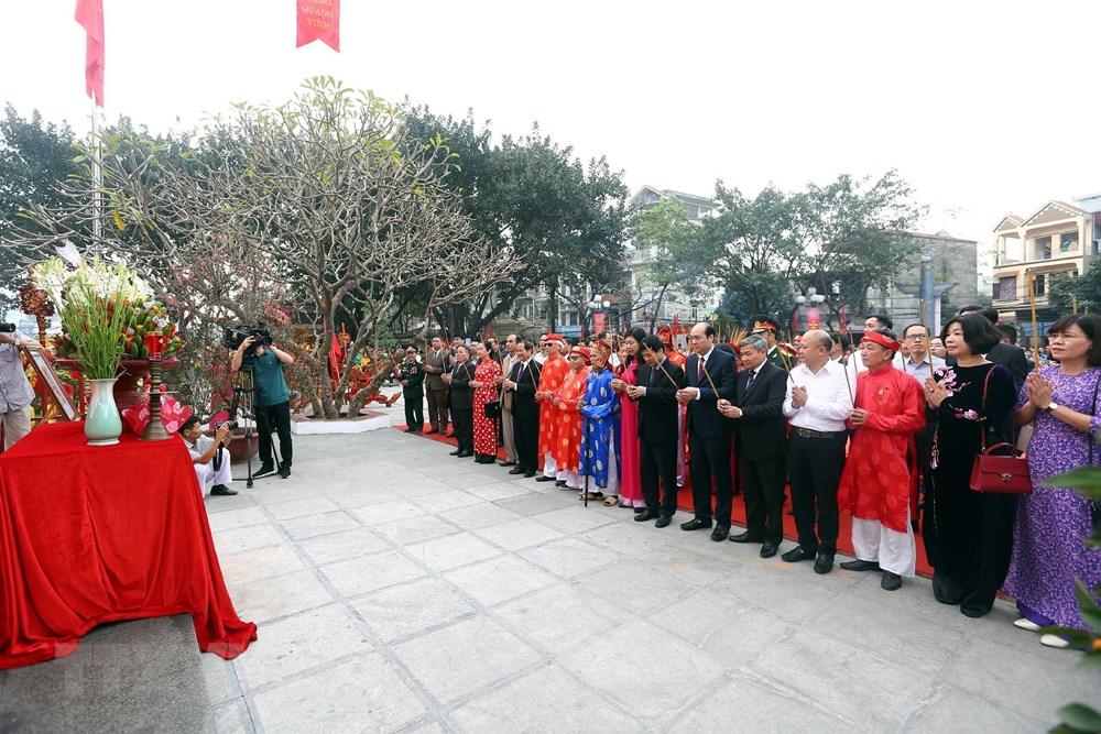 Lãnh đạo thành phố Hà Nội, huyện Thanh Trì và các tầng lớp nhân dân dâng hương tại buổi lễ.
