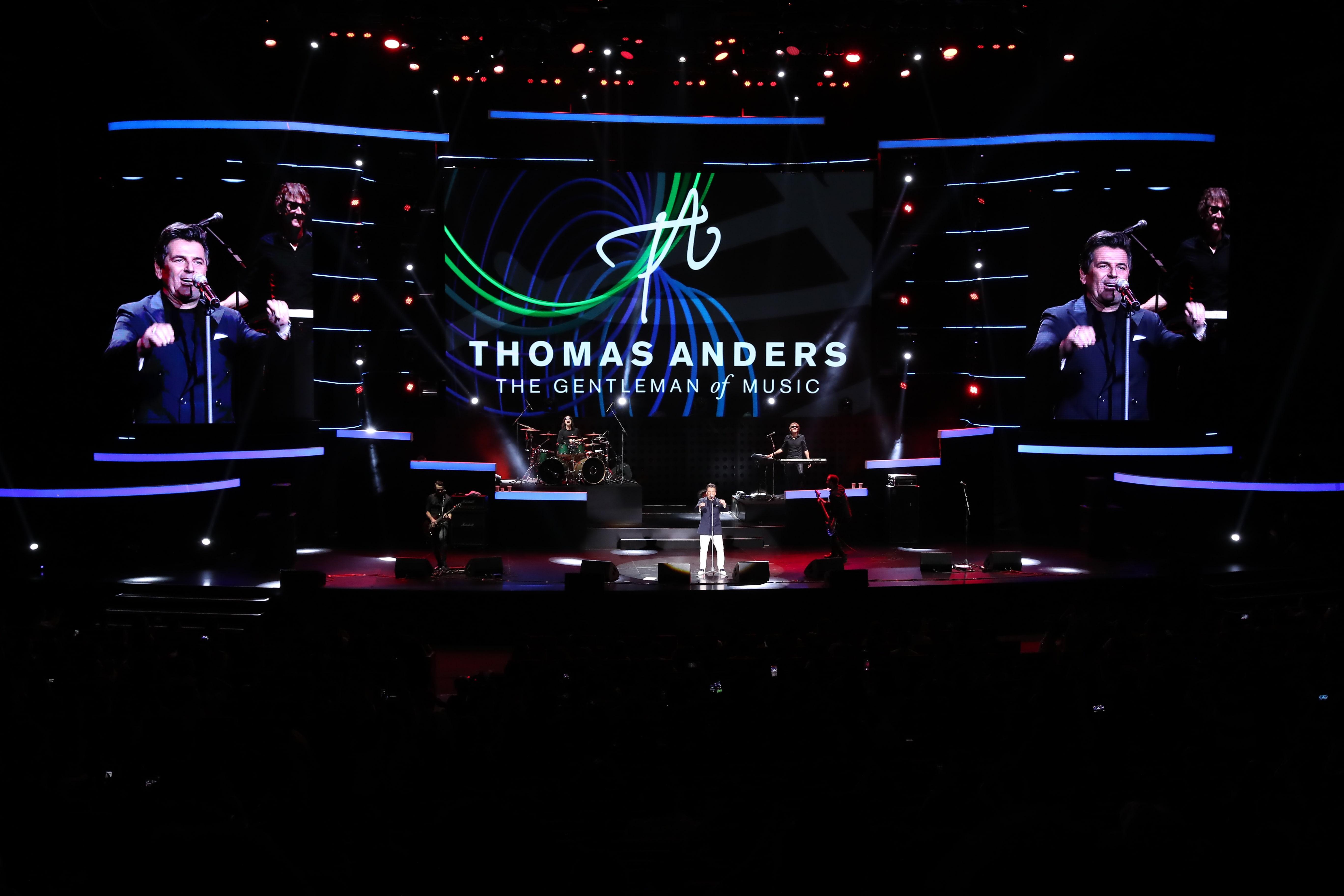 Tối 7/3, đêm nhạc của Thomas Anders – giọng ca chính nhóm Modern Talking – diễn ra tại Trung tâm Hội nghị Quốc gia Hà Nội. Đây là lần thứ hai ông biểu diễn ở Việt Nam, sau liveshow cuối năm 2016.Tuy vậy, sức hút của nam ca sĩ người Đức không hề suy giảm. Chương trình bắt đầu lúc 20h30 nhưng từ trước đó nửa tiếng, hàng dài khán giả xếp hàng ở cửa soát vé. Gần 4.000 chỗ ngồi của khán phòng Trung tâm Hội nghị Quốc gia gần như được lấp kín.