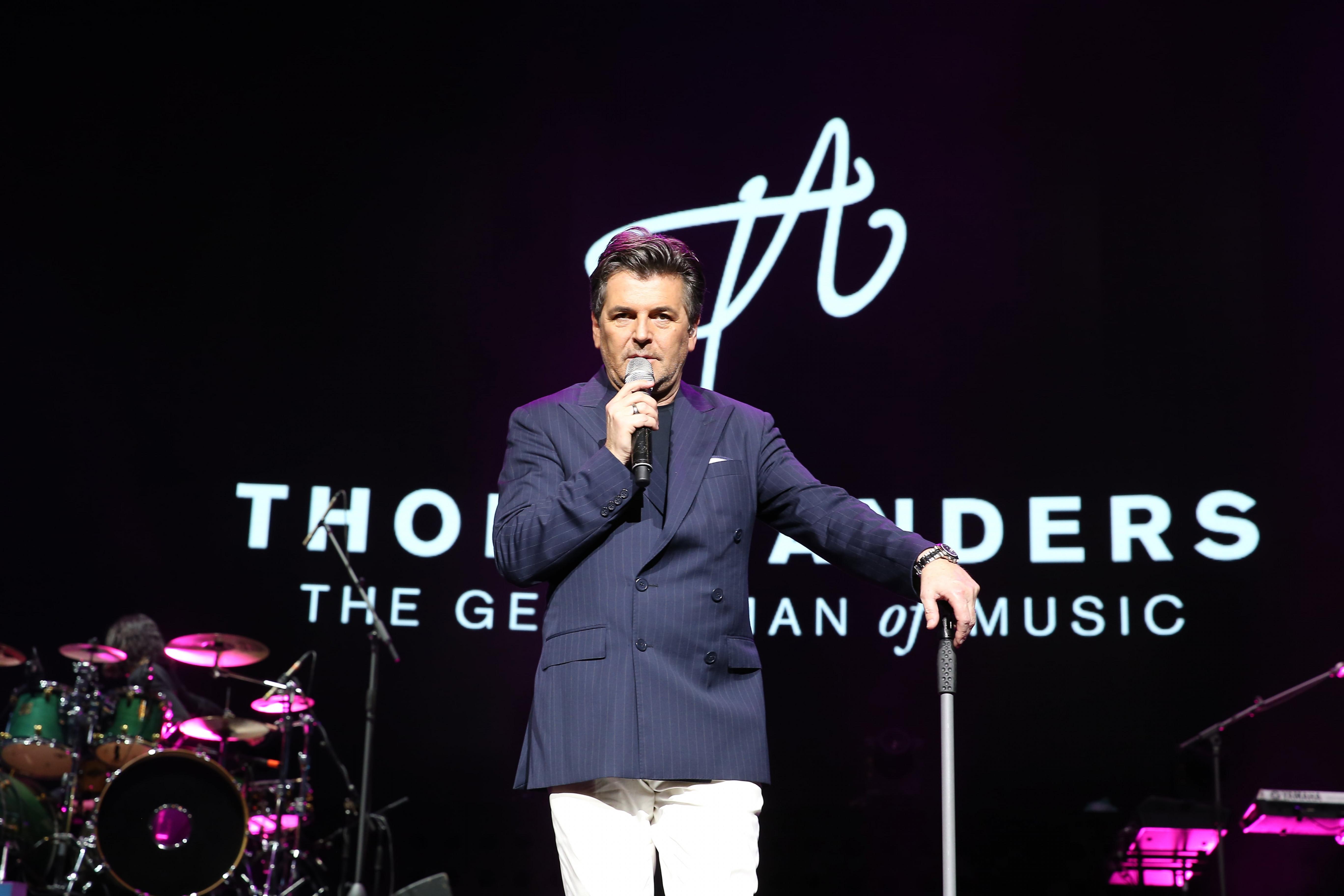 """Đêm nhạc khắc họa chân dung một Thomas Anders hào hoa, lịch lãm trong âm nhạc đúng như chủ đề - """"Thomas Anders - The Gentlemen of Music"""". Dường như Thomas Anders muốn nhấn mạnh ở thời điểm hiện tại, ông là một """"quý ông chơi nhạc"""" chứ không phải là """"một nửa"""" Modern Talking. Ông diện vest đen, quần trắng và đi giày thể thao giản dị. Ở tuổi 55, nam ca sĩ vẫn thu hút bởi nét điển trai, phong độ, cách trình diễn giàu năng lượng và giọng ca đầy nội lực. Trong gần 3 tiếng đồng hồ, ông hát 20 ca khúc. Phần đầu gồm các bản nhạc một thời của Modern Talking như Atlantic is Calling, Lunatic, Jet Airliner, In 100 Years…"""