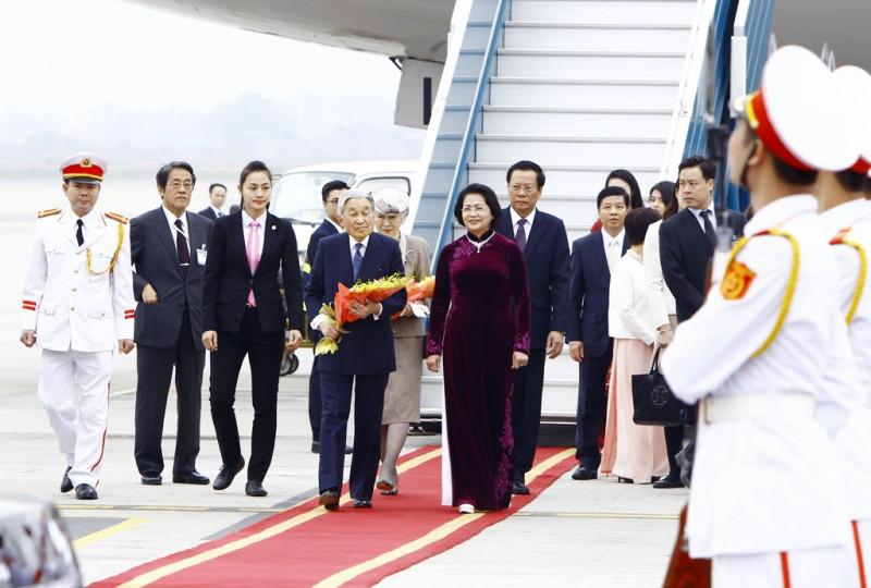 Phó Chủ tịch nước Đặng Thị Ngọc Thịnh ra sân bay đón Nhà vua và Hoàng hậu Nhật Bản.