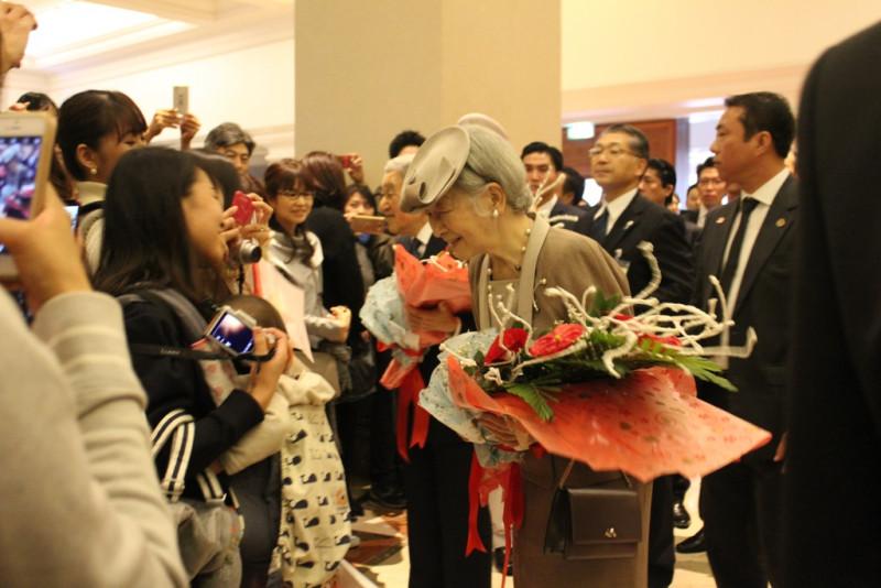 Hoàng hậu hỏi thăm mọi người, đặc biệt là những bà mẹ bế theo con nhỏ đến đón bà.