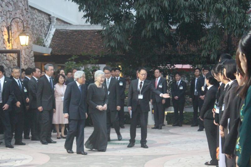 Buổi gặp các nhân viên tình nguyện của JICA diễn ra ngoài trời, trong khuôn viên khách sạn nơi Nhà vua và Hoàng hậu nghỉ. Nhà vua và Hoàng hậu ân cần hỏi han và nói chuyện với từng người. Không khí cuộc gặp diễn ra vừa trang trọng, vừa thân tình.
