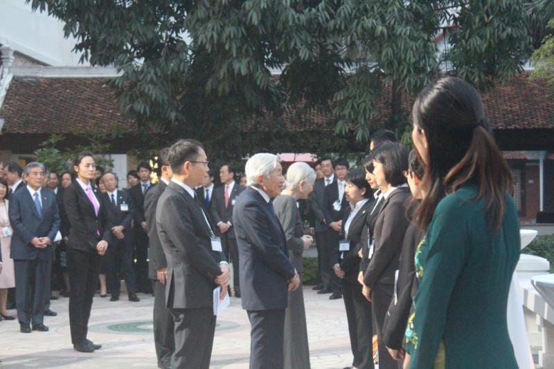 Sau cuộc gặp tình nguyện viên JICA, cũng trong buổi tối nay, Nhà vua Akihito và Hoàng hậu có buổi gặp mặt cán bộ Đại sứ quán Nhật Bản tại Việt Nam.