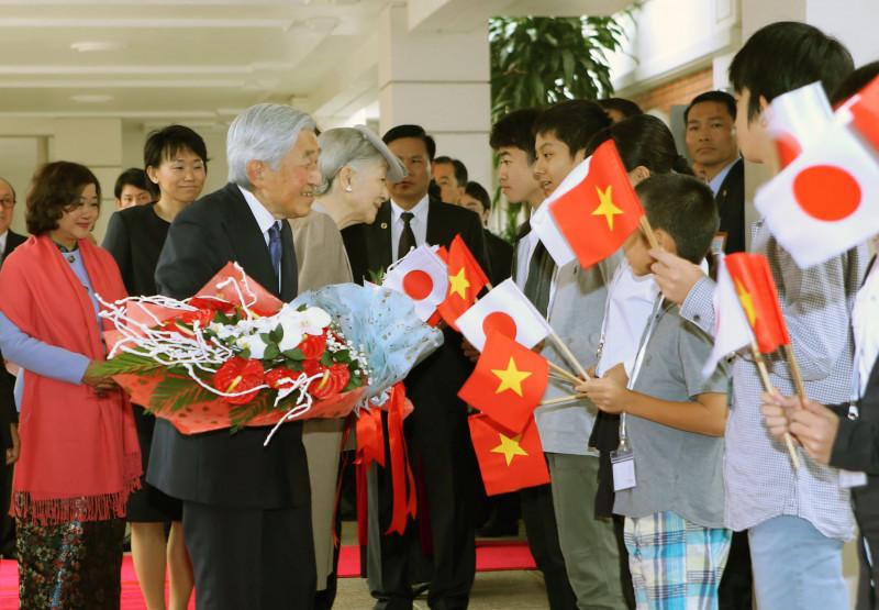 Chuyến thăm cấp Nhà nước tới Việt Nam của Nhà vua và Hoàng hậu Nhật Bản là một sự kiện quan trọng, mang ý nghĩa biểu tượng, một dấu mốc lịch sử trong quan hệ hợp tác, hữu nghị giữa hai nước.  Đây là hình ảnh các em nhỏ chào đón Nhà vua và Hoàng hậu.