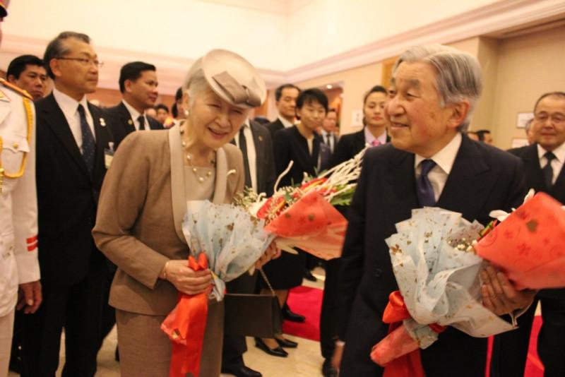Nhà vua và Hoàng hậu giao lưu với những người Nhật có mặt tại khách sạn