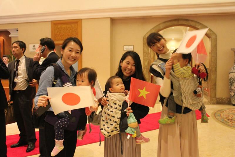 Chị Akane Amano cùng các bạn rất vui và háo hức vì đây lần đầu tiên được chào đón Nhà vua và Hoàng hậu.