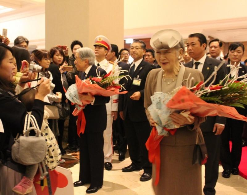 Đông đảo người Nhật Bản đang sinh sống và làm việc tại Việt Nam đã có mặt tại khách sạn Sheraton (Hà Nội) để chào đón Nhà vua và Hoàng hậu Nhật Bản. Nhiều người cho biết, đây là cơ hội hiếm hoi họ được gặp Nhật Hoàng trực tiếp.