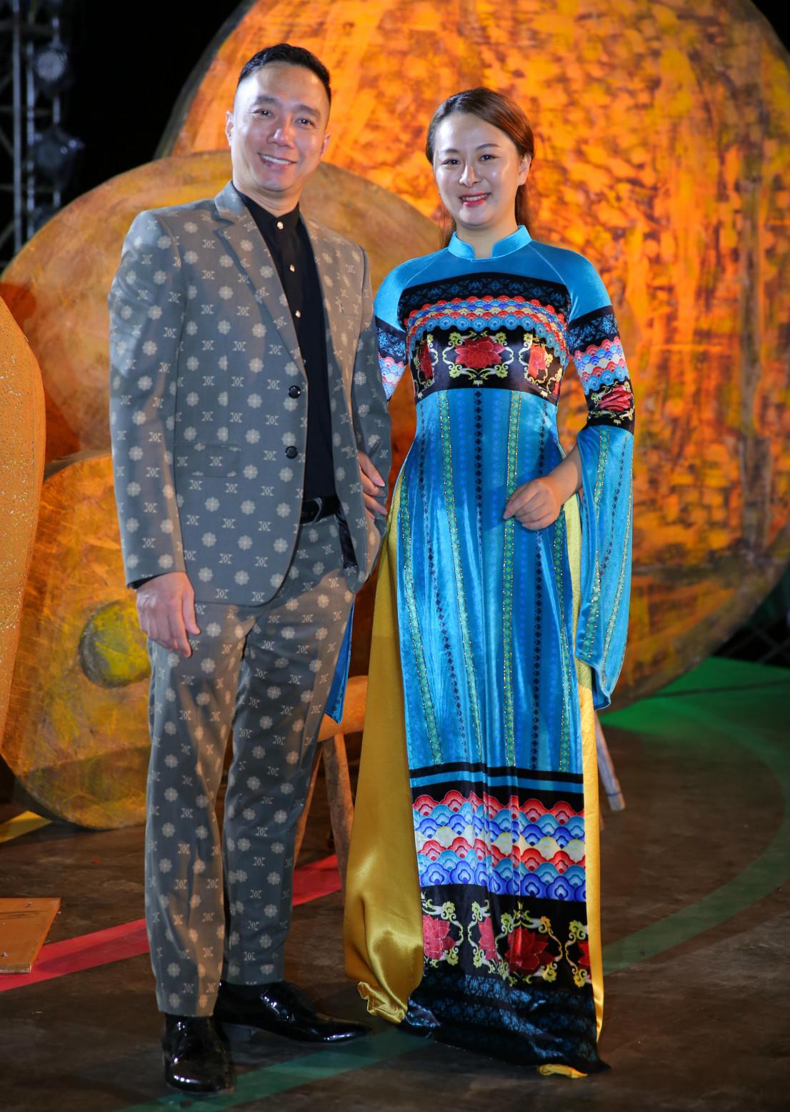 Đỗ Trịnh Hoài Nam cùng học trò - NTK trẻ Thảo Giang. Nhà thiết kế người dân tộc Tày này là một trong những gương mặt nổi bật được lựa chọn trình diễn bộ sưu tập tại Lễ hội Văn hóa thổ cẩm Việt Nam lần thứ nhất.