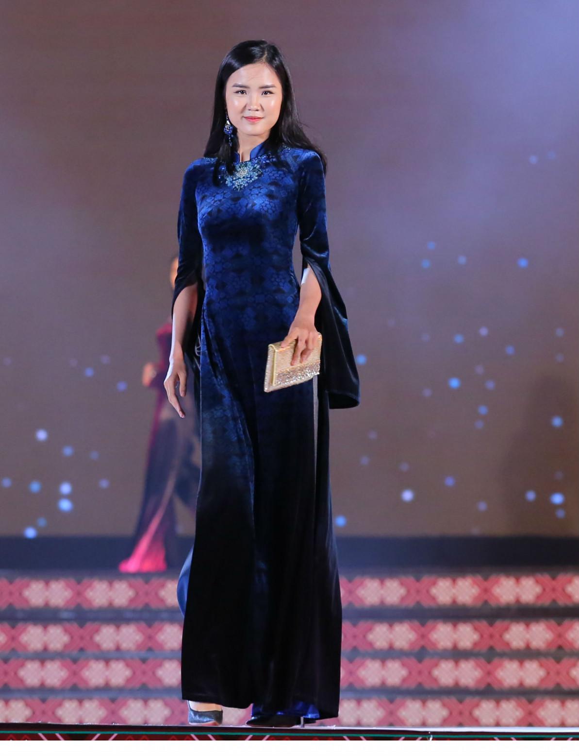 Những gam màu trầm được nhà thiết kế sử dụng để phù hợp với sự sang trọng của các quý bà
