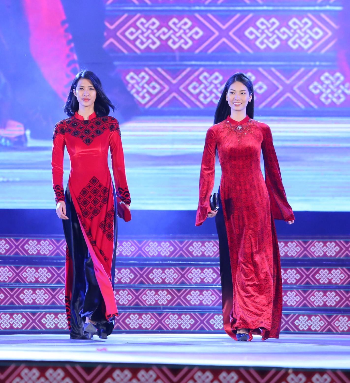 Mẫu áo dài hoạ tiết thổ cẩm trên nền vải nhung đính kết cườm cầu kỳ