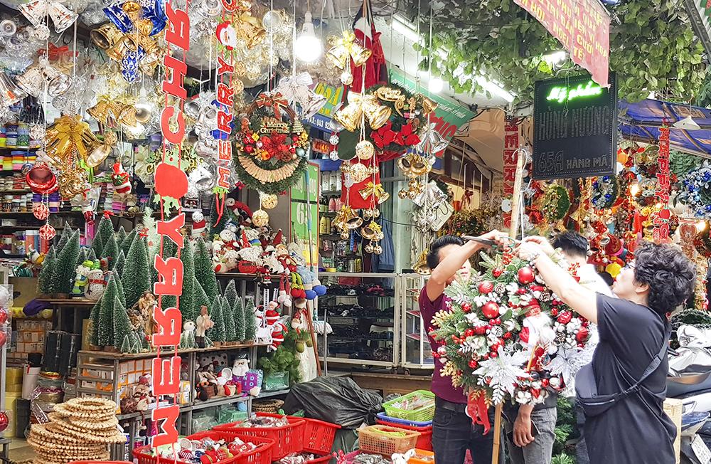 Những ngày này, có hàng ngàn món đồ trang trí Noel bắt mắt với đủ màu sắc, chất liệu, mẫu mã, chủng loại được bày bán khắp các con phố Hà Nội, đặc biệt là những phố chuyên bán đồ trang trí như Hàng Mã, Hàng Lược...
