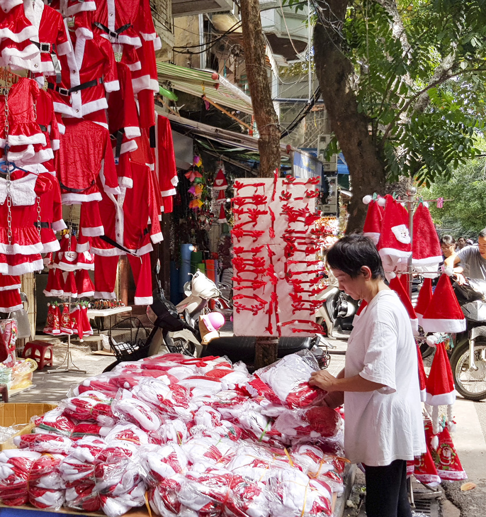 Trang phục của ông già Noel cũng là mặt hàng được đầu tư về kiểu dáng, mẫu mã, với những mẫu thiết kế riêng cho bé trai, bé gái, các mẫu váy liền, váy rời hay bộ quần áo dành cho người lớn, giá từ 80.000 đồng đến 300.000 đồng.