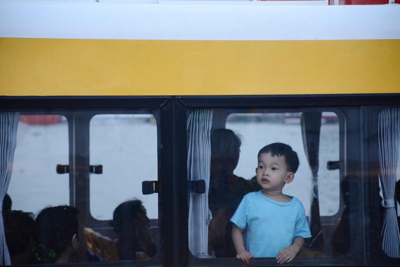 Em bé tỏ vẻ tò mò khi được bố mẹ cho đi buýt đường sông.