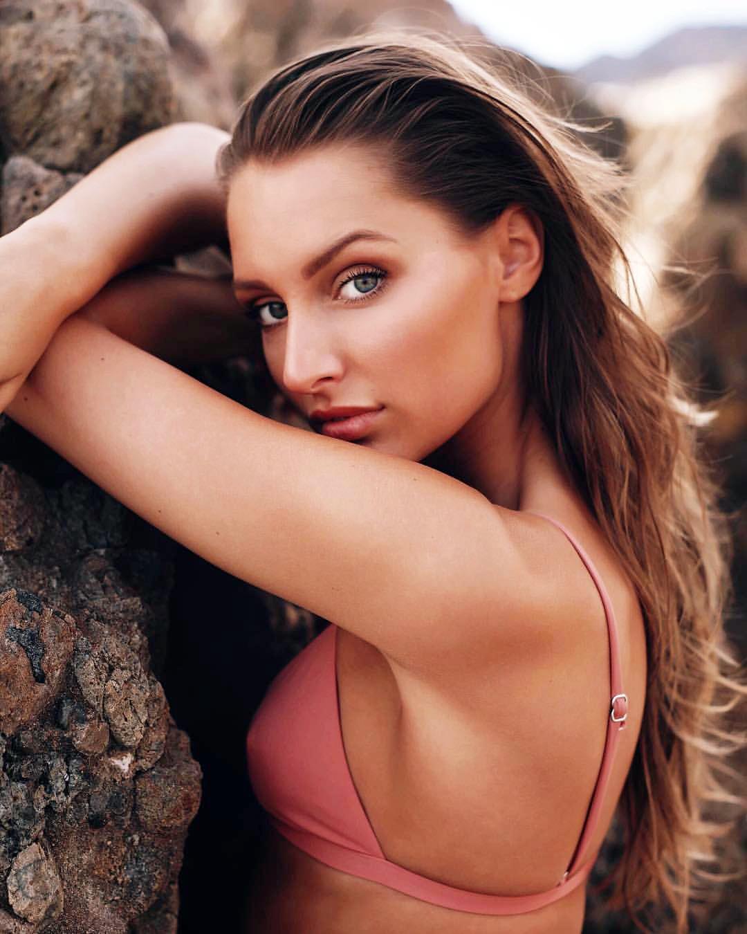 Mới đây, với khát khao chinh phục vương miện Hoa hậu Hoàn vũ - Miss Universe, cô đã quyết định trở thành thí sinh cuộc thi cấp quốc gia để tìm gương mặt đại diện nước Úc đến với
