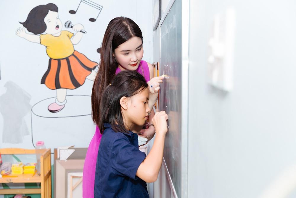 Hoa hậu Đại dương 2017 dành một buổi sáng để chơi cùng các em nhỏ. Cô cùng học, cùng ăn trưa với các em và dạy các em học.