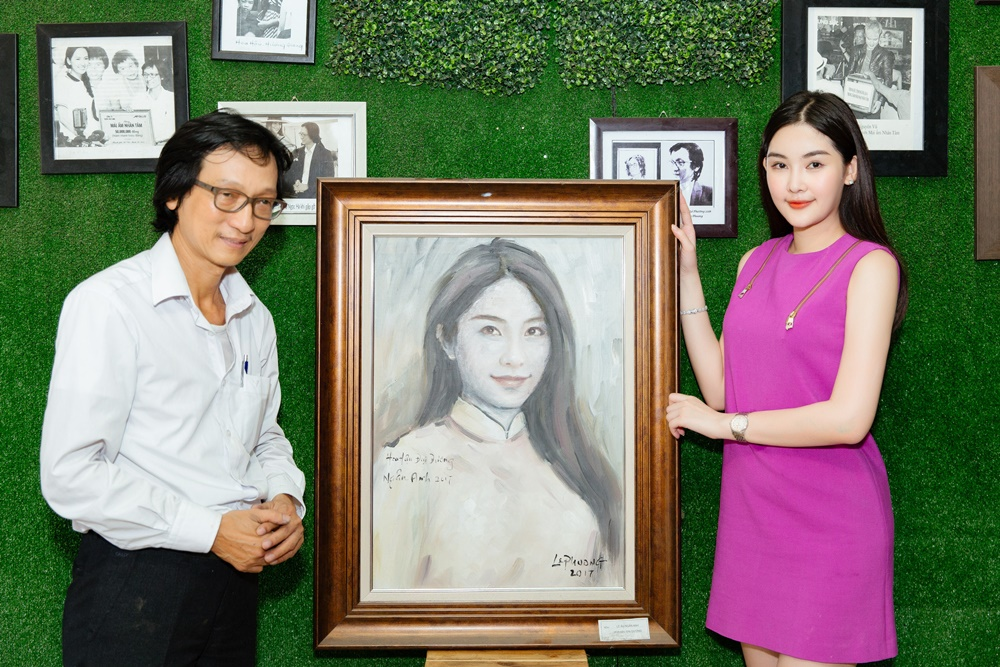 Kết thúc chuyến thăm, Ngân Anh được họa sĩ Lê Phương tặng một bức tranh chân dung như một lời cảm ơn về những nghĩa cử cô và gia đình đã đồng hành cũng mái ấm Nhân Tâm những năm qua.