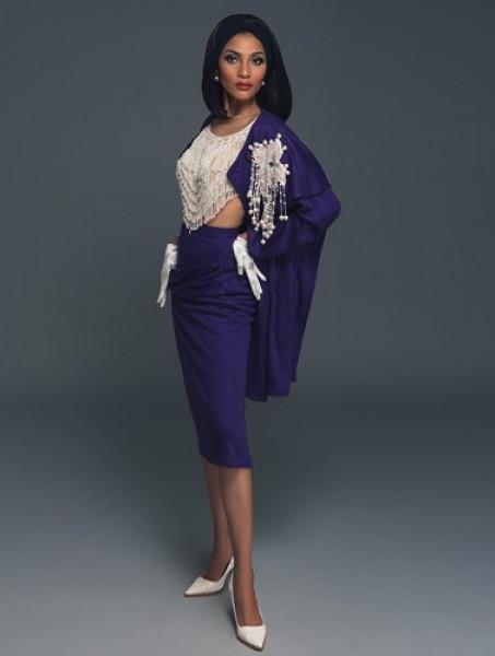 Bộ váy cổ điển với gam màu tím xanh chủ đạo kết hợp cùng thân áo rời tua rua mang đến cho Trương Thị May vẻ nữ tính nhưng cũng không kém phần cuốn hút, bí ẩn.