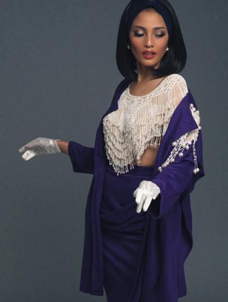 Người đẹp cũng khéo léo tạo ra sự hài hòa khi cài chiếc băng đô và sử dụng tấm vải mỏng phủ đầu tone-sur-tone, tạo sự hài hòa và thống nhất xuyên suốt của bộ trang phục.