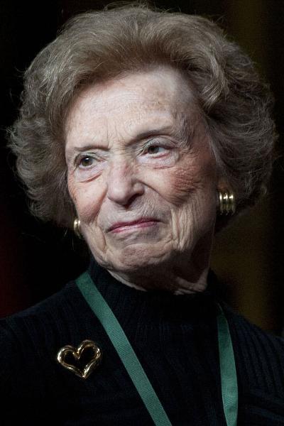 """Với tuổi """"xưa nay hiếm"""" của mình, nữ tỷ phú Doris Fisher khiến mọi người tưởng rằng bà sẽ về hưu, vậy nhưng hiện tại thậm chí bà còn làm việc chăm chỉ hơn và vẫn giữ một vị trí trong Hội đồng quản trị của Gap Industries, ngoài ta bà cũng là một nhà sưu tầm tranh và là cố vấn cho tổ chức KIPP chuyên cung cấp các dịch vụ giáo dục. Khối tài sản bà đang sở hữu lên đến 2,6 tỷ USD, và điều này có nghĩa là bà trở thành người phụ nữ đứng thứ 10 trong danh sách này."""