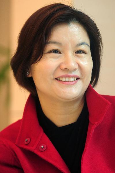 Người đứng ở vị trí đầu bảng không ai khác chính là nữ doanh nhân, tỷ phú người Trung Quốc, Chu Quần Phi, người sáng lập ra tập đoàn Lens Technology – Công ty chuyên sản xuất màn hình cảm ứng. Bà có khối lượng tài sản lên đến 5,9 tỷ USD.