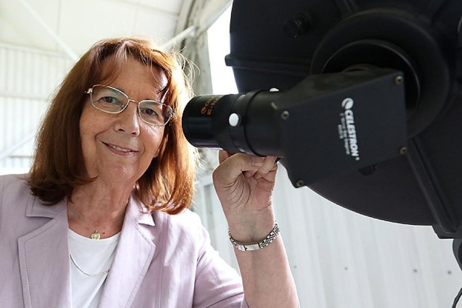Giải thưởng của nhà thiên văn người Chile María Teresa Ruiz dành cho khu vực Mỹ Latinh. Bà đã có công khám phá sao lùn nâu, một chòm sao nằm giữa các hành tinh và các ngôi sao. Tổ chức UNESCO đánh giá rằng những phát hiện quan trọng của bà Ruiz đóng góp vào việc tìm lời giải về sự sống trên một hành tinh khác.