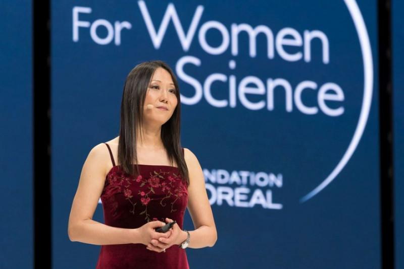 Giải thưởng L'Oréal-UNESCO năm nay còn vinh danh Giáo sư Zhenan Bao đến từ trường Đại học Stanford (Mỹ) với việc phát minh ra một loại da điện tử cho phép khôi phục cảm giác của con người.